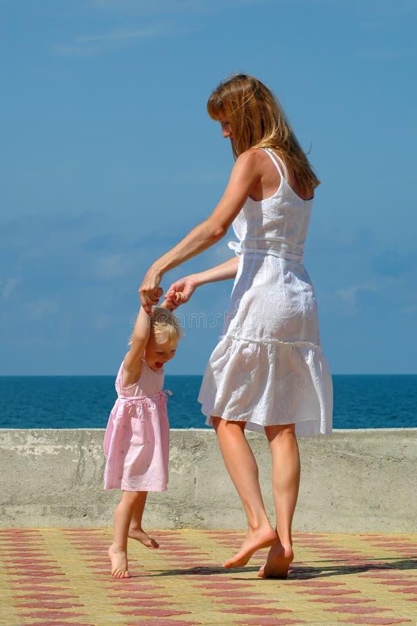 Mère heureuse et petite danse de fille images libres de droits