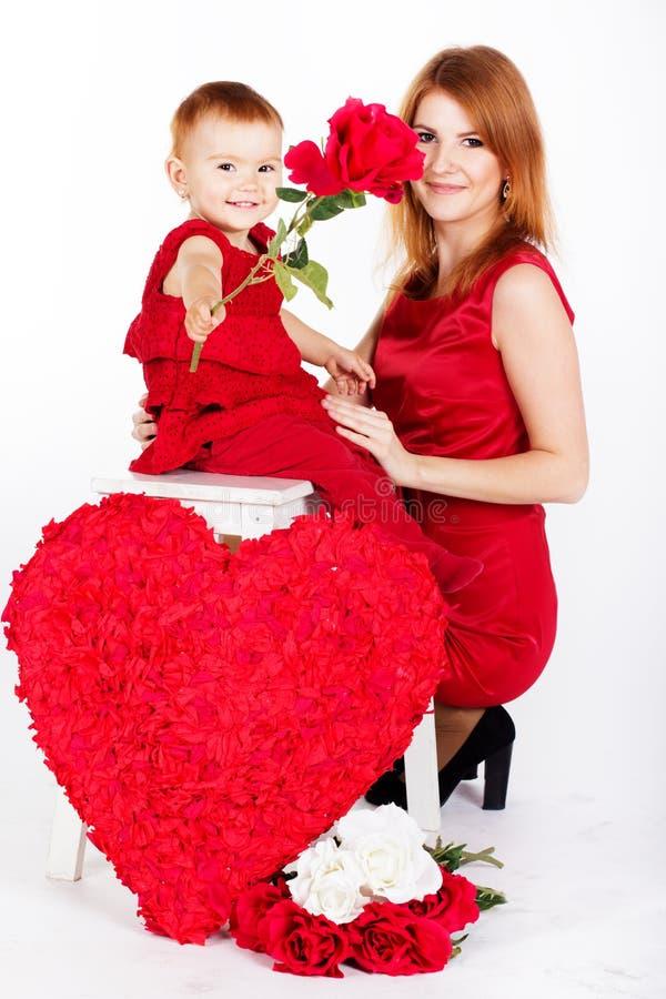 Mère heureuse et sa fille avec le grand coeur rouge photos libres de droits