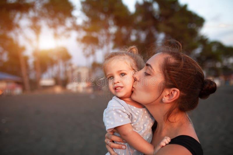 Mère heureuse et sa petite fille extérieures photo stock