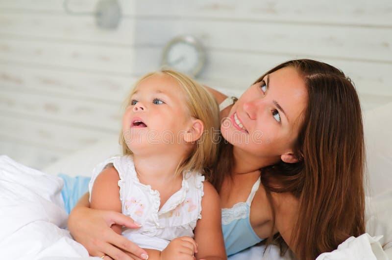 Mère heureuse et son petit descendant se situant dans le bâti image libre de droits