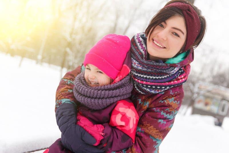 Mère heureuse, fille sur la promenade photos libres de droits