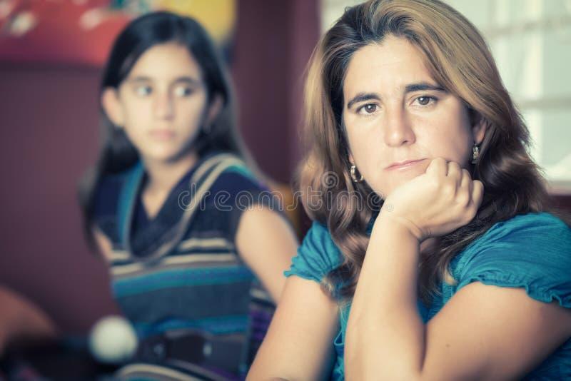 Mère inquiétée et sa fille adolescente photo libre de droits