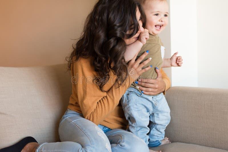 Mère jouant avec sa chéri images libres de droits