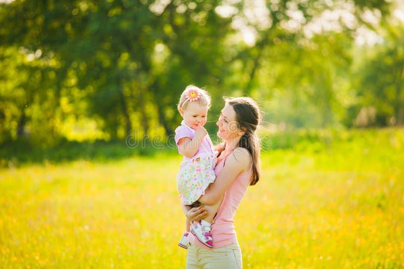 Mère jouant avec son enfant dehors photographie stock libre de droits