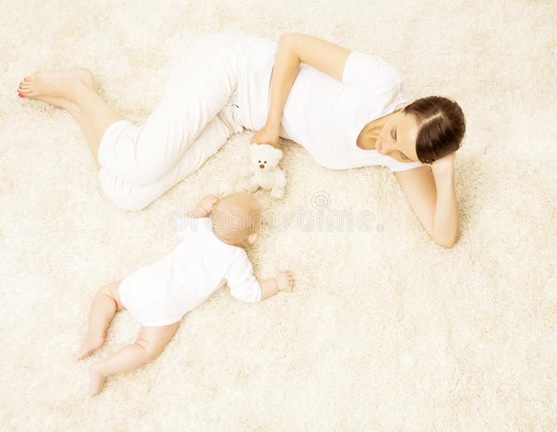 Mère jouant le bébé, enfant nouveau-né heureux avec le jouet de jeu de maman, famille images libres de droits