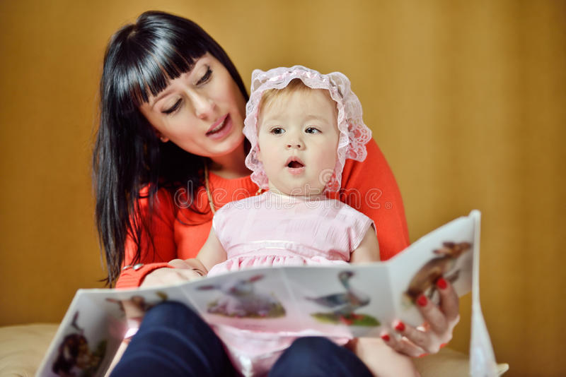 Mère lisant au bébé images stock
