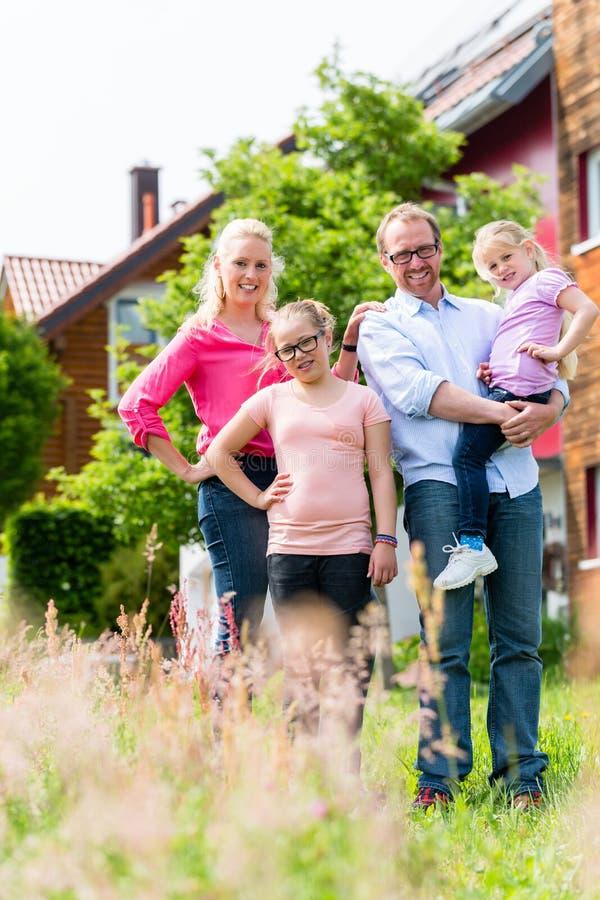Mère, père et enfants devant la maison photographie stock