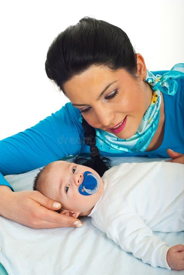 Mère parlant avec sa chéri nouveau-née photos stock