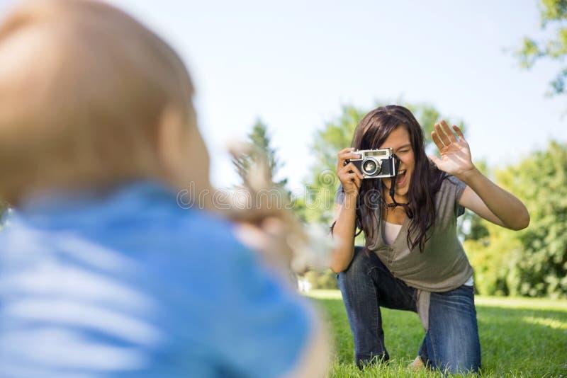 Mère photographiant le fils par l'appareil-photo photographie stock