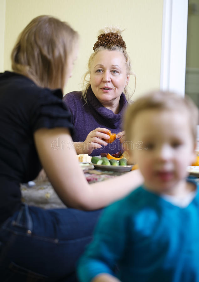 Mère pluse âgé et fille appréciant un repas photo stock