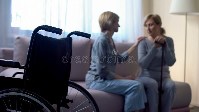 Mère pluse âgé handicapée de soutien de fille après la mort, soin et famille de pères photo libre de droits