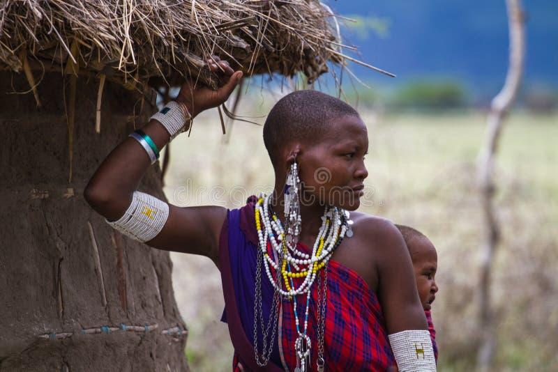 Mère portant un enfant photos libres de droits