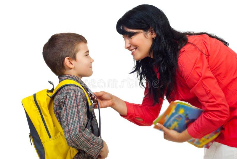 Mère préparant le fils pour l'école image stock