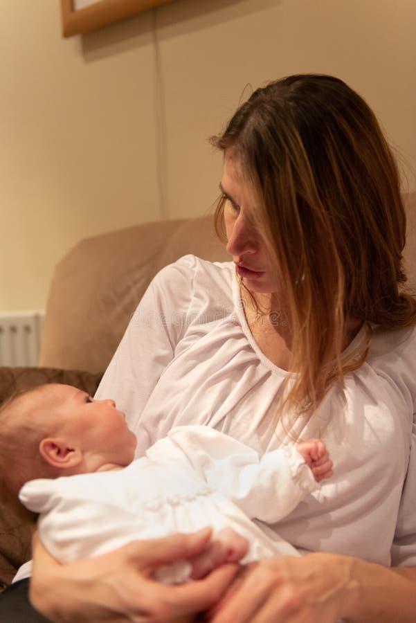 Mère regardant nouveau-née photographie stock libre de droits