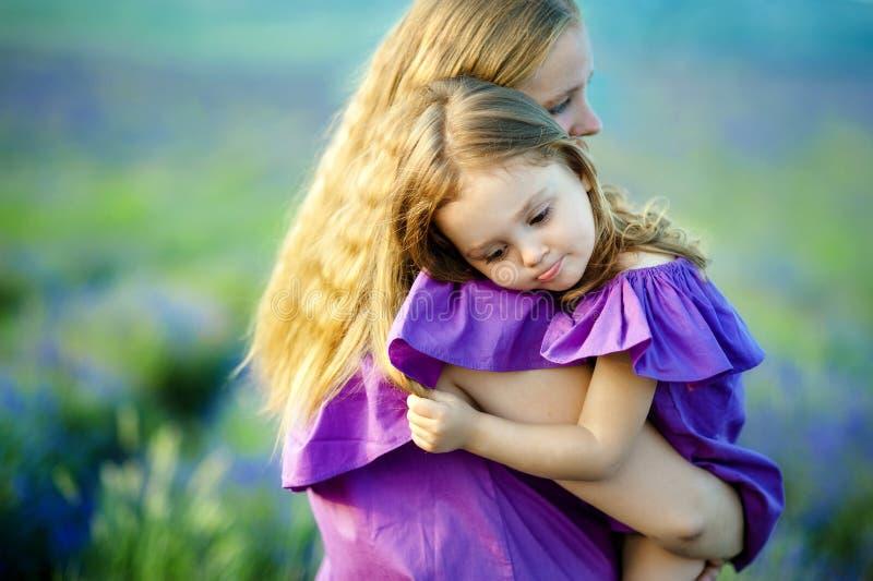 Mère retenant sa chéri Foyer sélectif sur la tête de bébé image libre de droits