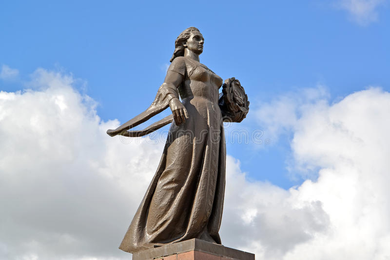 Mère Russie de monument contre le ciel à Kaliningrad image libre de droits