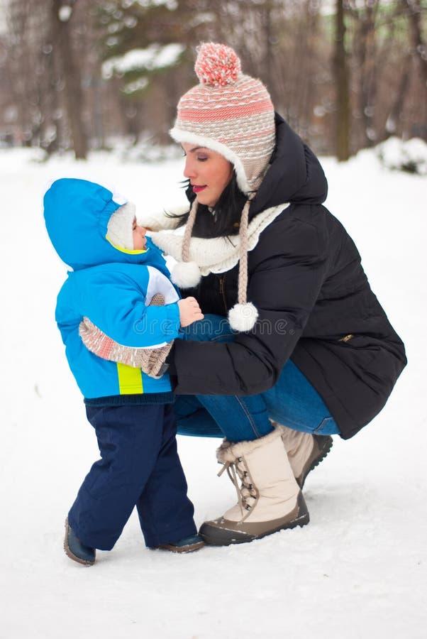 Mère s'inquiétant son bébé garçon en hiver photographie stock libre de droits