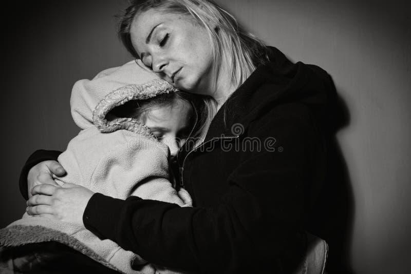 Mère sans abri avec sa fille photo libre de droits