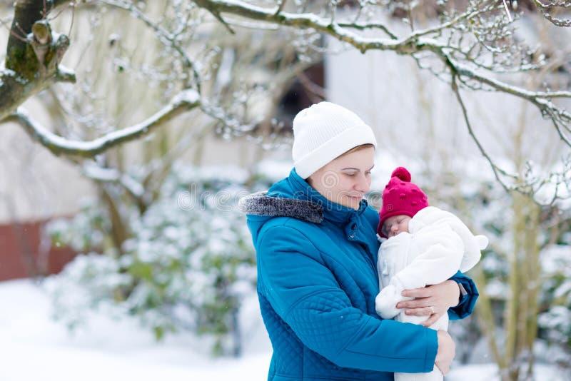 Mère tenant le bébé nouveau-né sur le bras dehors images stock