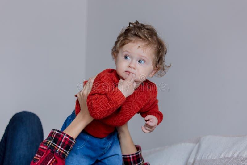 Mère tenant un bébé d'enfant en bas âge dans des mains images libres de droits