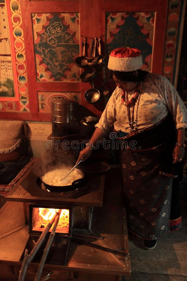 Mère tibétaine Jiuzhaigou à cuire traditionnel Chine images libres de droits