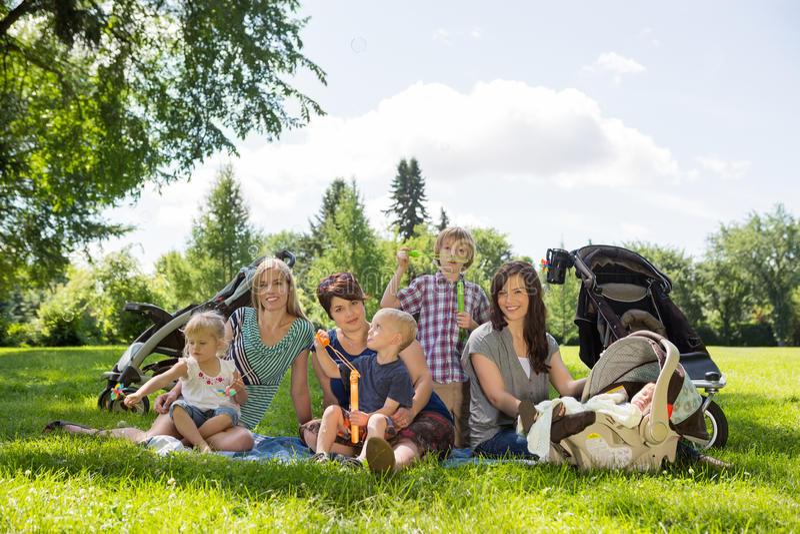 Mères et enfants appréciant le pique-nique photo stock