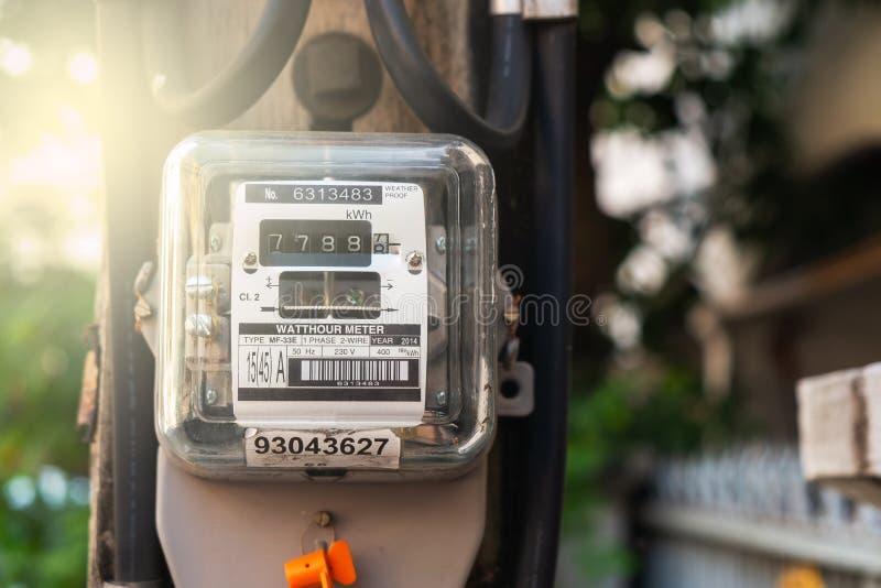 Mètre électrique de watt-heure dans l'avant de la Chambre photo libre de droits