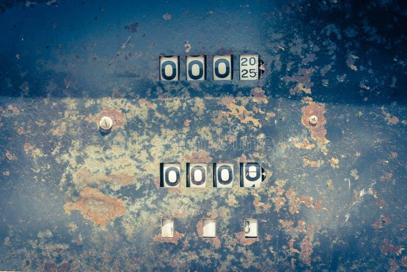 Mètre analogue d'huile de vintage d'une pompe, chiffres de la pompe à huile mécaniques photo stock