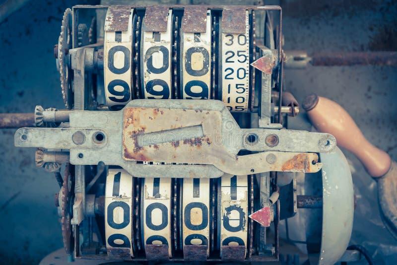 Mètre analogue d'huile de vintage d'une pompe, chiffres de la pompe à huile mécaniques photographie stock libre de droits