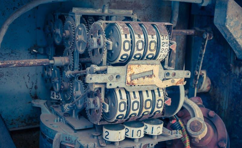 Mètre analogue d'huile de vintage d'une pompe, chiffres de la pompe à huile mécaniques photo libre de droits