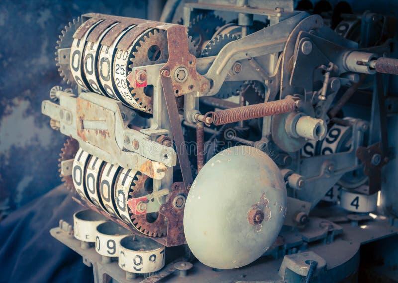 Mètre analogue d'huile de vintage d'une pompe, chiffres de la pompe à huile mécaniques images stock