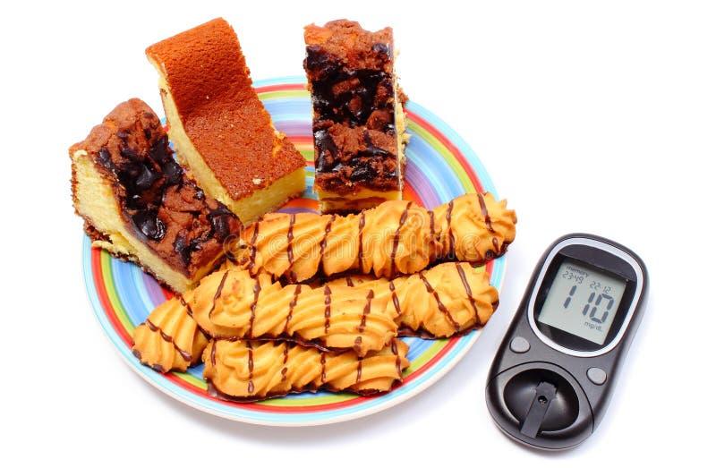 Mètre cuit au four frais de pâtisserie et de glucose Fond blanc photos libres de droits