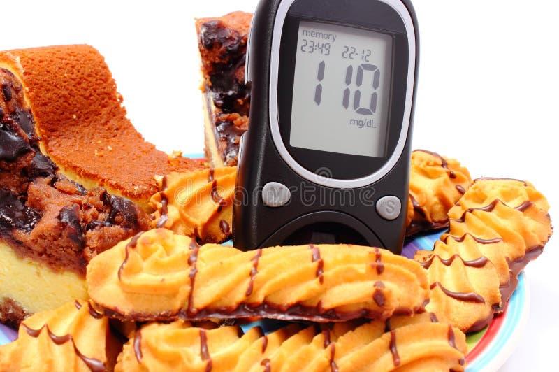Mètre cuit au four frais de pâtisserie et de glucose Fond blanc images stock