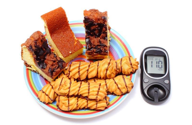 Mètre cuit au four frais de pâtisserie et de glucose Fond blanc photo stock