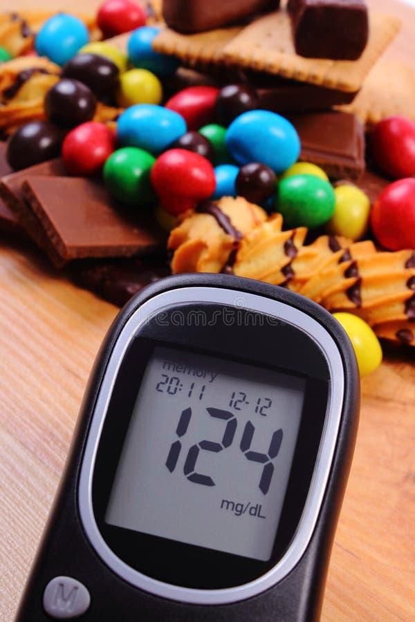 Download Mètre De Glucose Avec Le Tas Des Bonbons Sur La Surface En Bois, Le Diabète Et La Nourriture Malsaine Photo stock - Image du planche, heap: 87706394