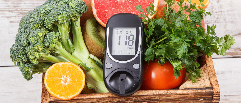 Mètre de glucose avec les fruits et légumes sains Vérifiant le niveau de sucre, diabète, régime et amincissant le concept images libres de droits