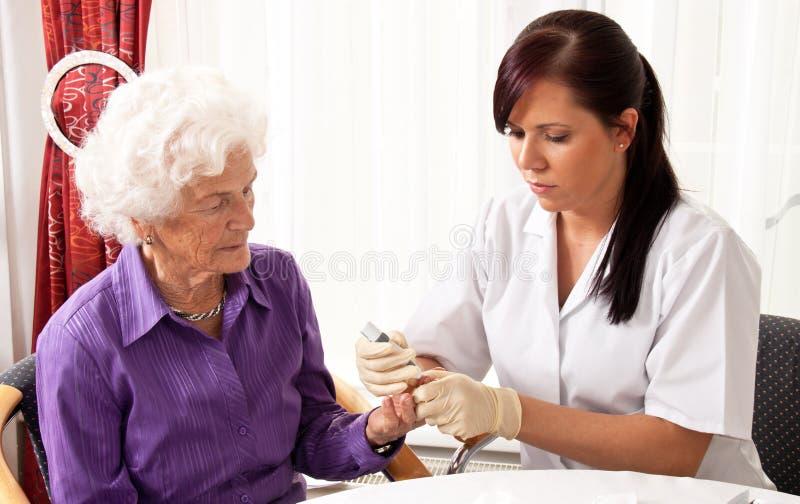 Mètre de glucose de sang photographie stock libre de droits