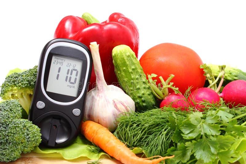 Mètre de glucose et légumes frais sur la planche à découper en bois photos stock