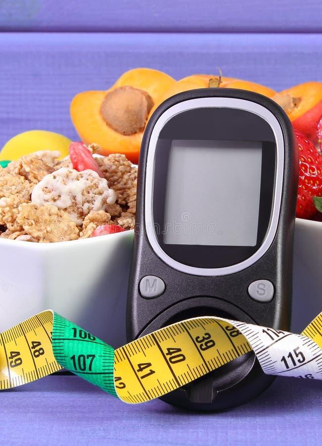 Mètre de glucose, nourriture saine et centimètre, diabète et mode de vie sain photographie stock libre de droits
