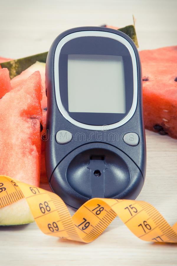 Mètre de glucose pour le niveau de mesure de sucre, pastèque contenant des minerais et le ruban métrique, diabète et concept sain images libres de droits