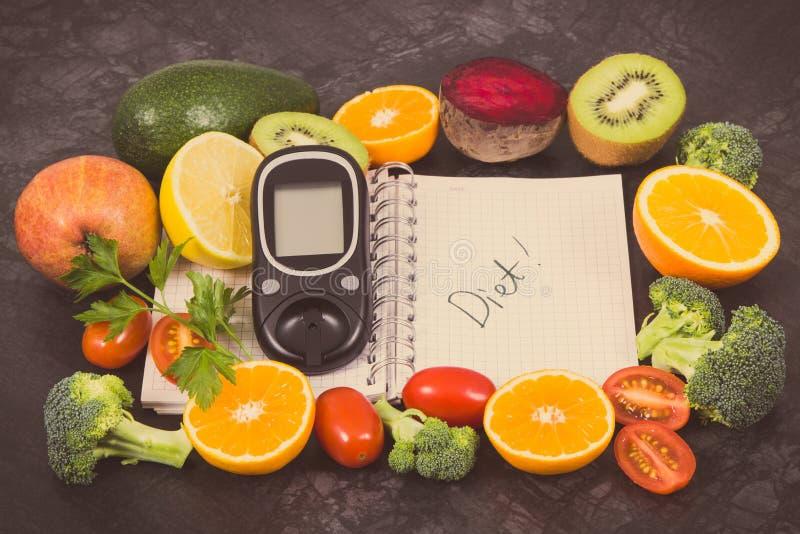 Mètre de glucose pour vérifier le niveau, le bloc-notes et les fruits de sucre avec des légumes contenant des vitamines Diabète,  photo libre de droits