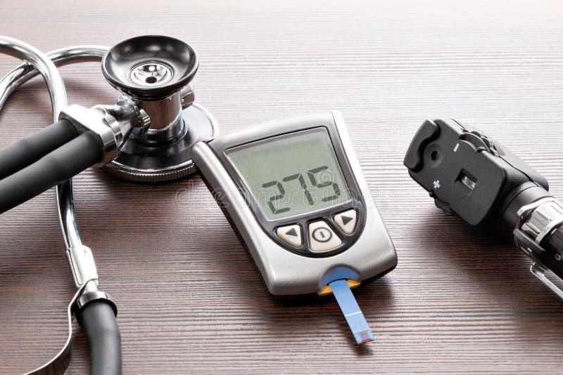 Mètre de glucose sanguin pour vérifier le taux du sucre dans le sang photo libre de droits