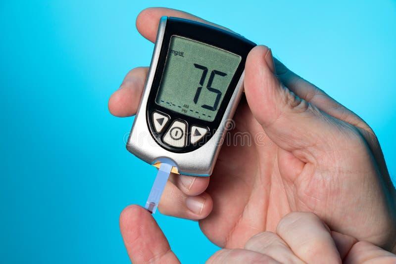 Mètre de glucose sanguin pour vérifier le taux du sucre dans le sang photo stock