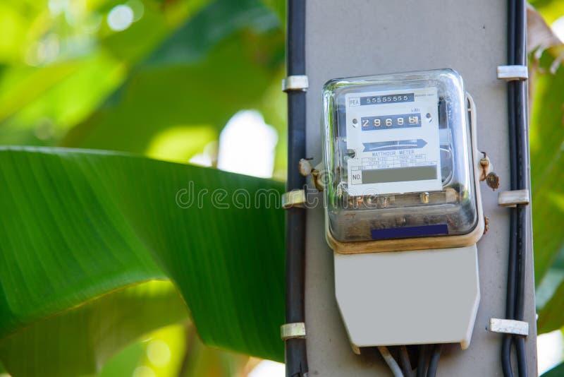 Mètre de l'électricité sur le poteau électrique images stock
