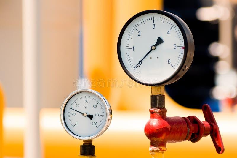 Mètre de pression sur le gazoduc naturel photos libres de droits