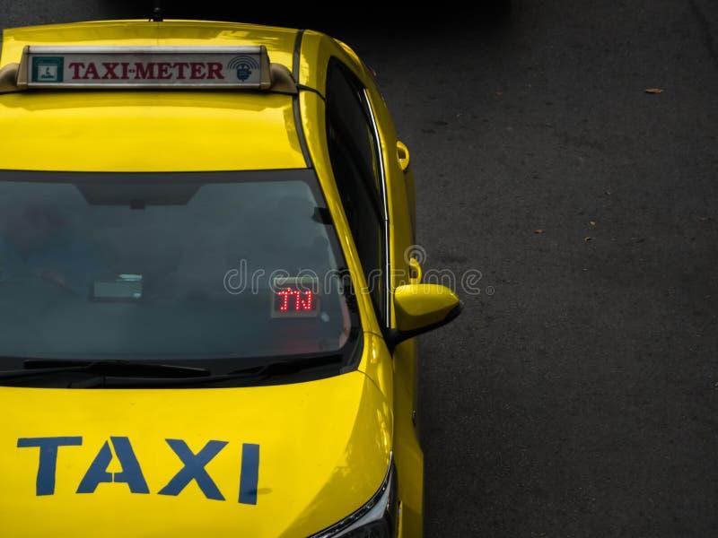 Mètre de taxi sur la route photos stock