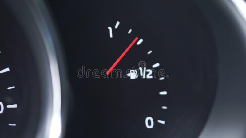 Mètre en gros plan d'essence de panneau de tiret de voiture, jauge de carburant, avec la pleine essence finie dans la voiture cli photos stock