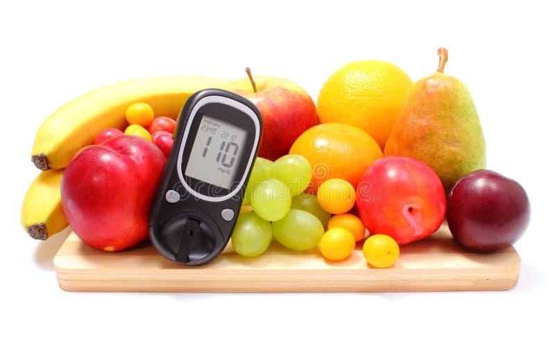 Mètre et fruits frais de glucose sur la planche à découper en bois images libres de droits