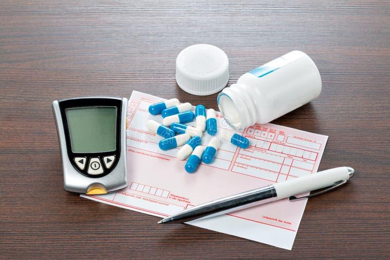 Mètre et recette de glucose sur le bureau de médecins images libres de droits