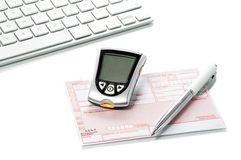 Mètre et recette de glucose sur le bureau de médecins photo stock